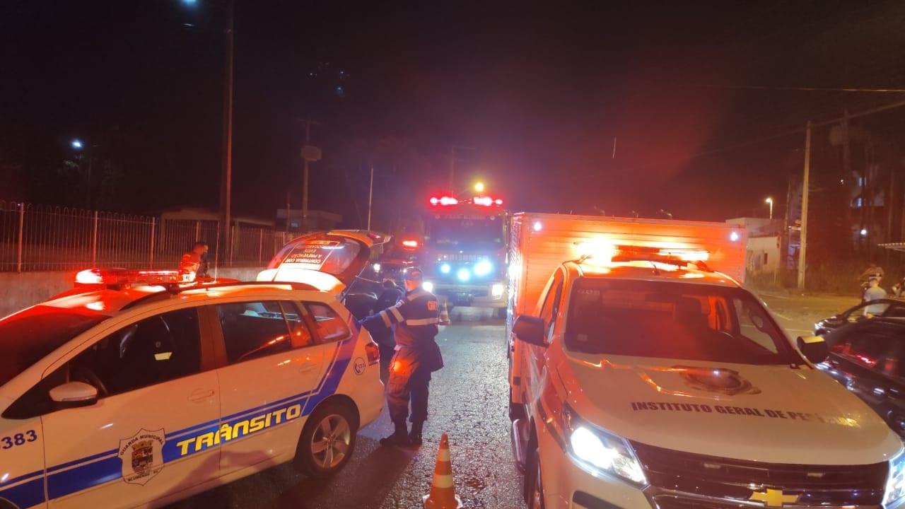 Atendimento a acidente que resultou na morte de agente de trânsito de folga - foto de Rodrigo Vieira / Rádio Menina FM
