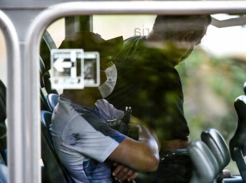 Usuário do transporte público usando máscara - Marcello Casal