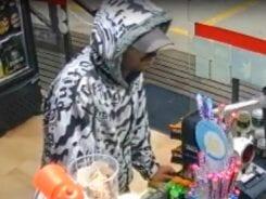 Assaltante ainda retornou ao local para ameaçar trabalhadores - imagem de câmera de segurança