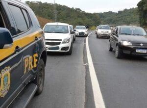 Polícia Rodoviária fiscaliza motoristas que furam a fila pelo acostamento - foto da PRF