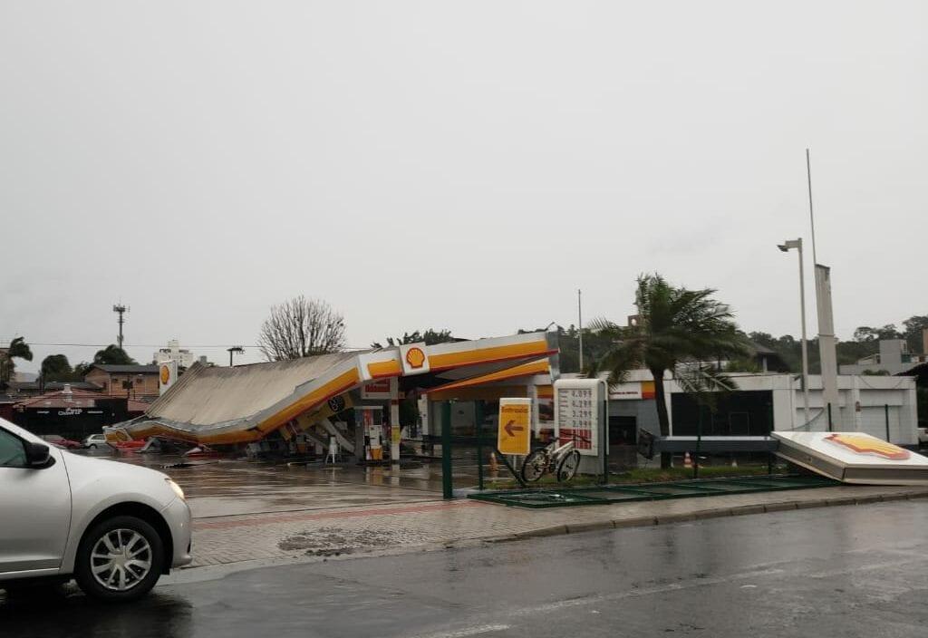 Posto de combustíveis teve estrutura destruída no bairro Itoupava Norte - foto de Giovani Silva