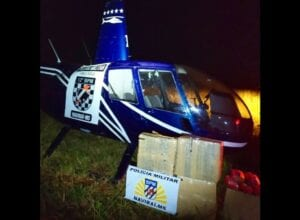 Helicóptero e drogas apreendidas - foto da Polícia Militar