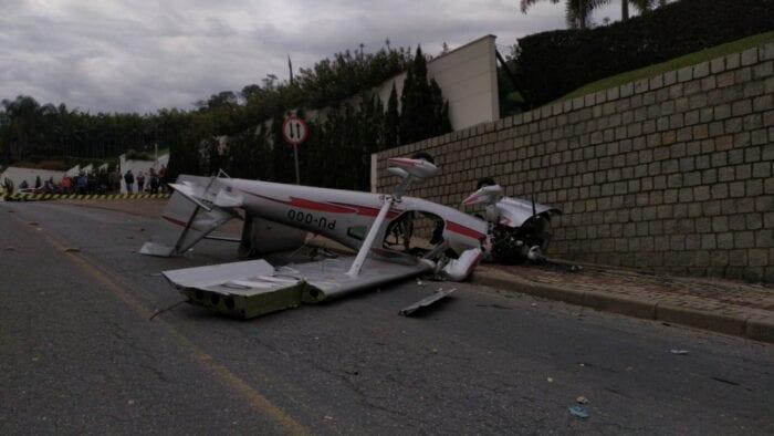 Avião monomotor cai em rua de Guabiruba e deixa dois feridos ...
