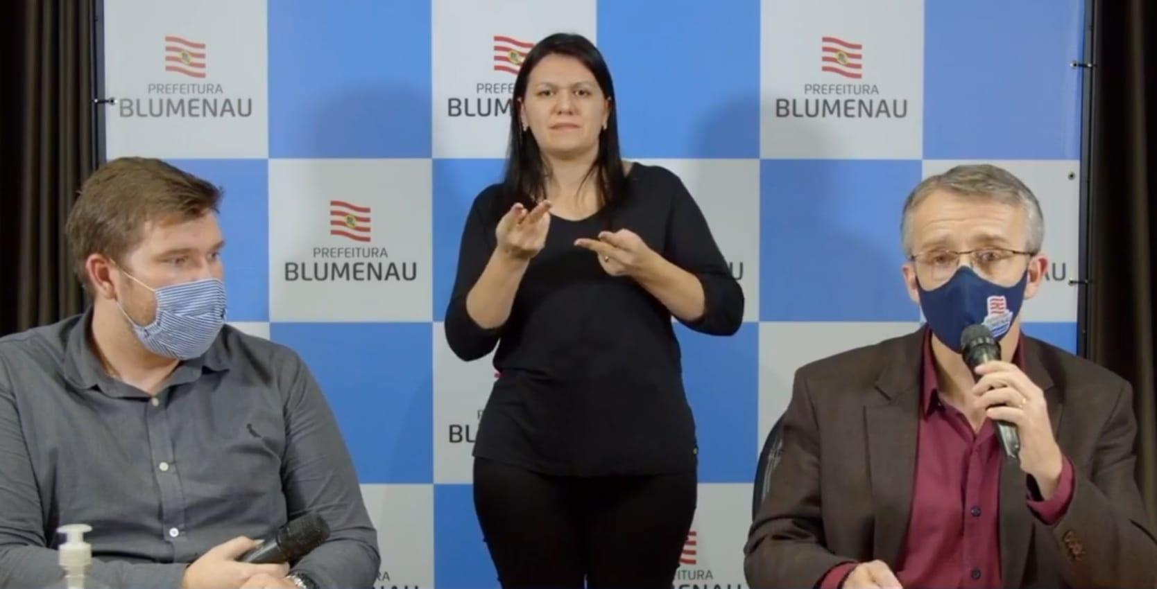 Prefeito de Blumenau Mário Hildebrandt durante coletiva - imagem da assessoria