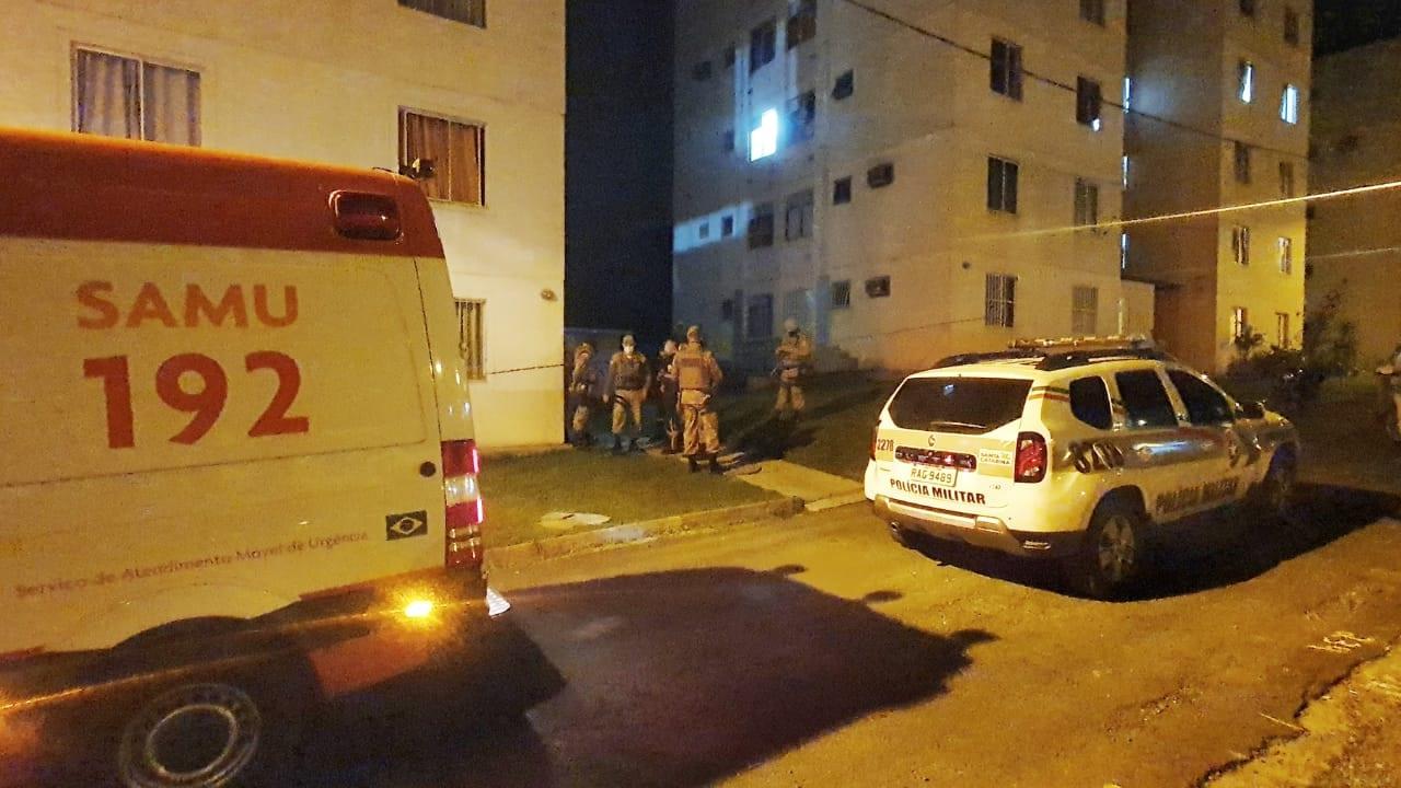 Policiais no local onde homem foi espancado - foto da Polícia Militar