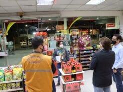 Servidores durante fiscalização em estabelecimento comercial - foto da Defesa Civil