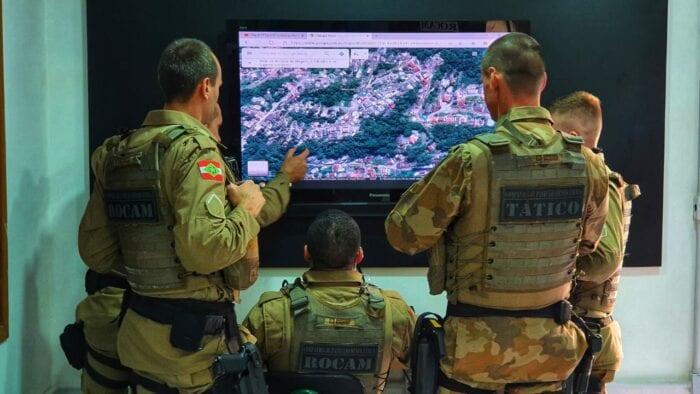 Policiais durante monitoramento por vídeo - foto da Polícia Militar