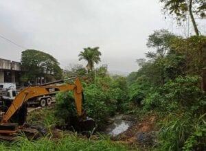 Trabalhos de limpeza no ribeirão aos fundos da Rodoviária - foto da Seurb