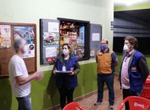 Servidores da Prefeitura de Blumenau fiscalizam estabelecimento - foto da Defesa Civil