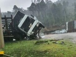 Caminhão parcialmente tombado em Tangará - foto das redes sociais