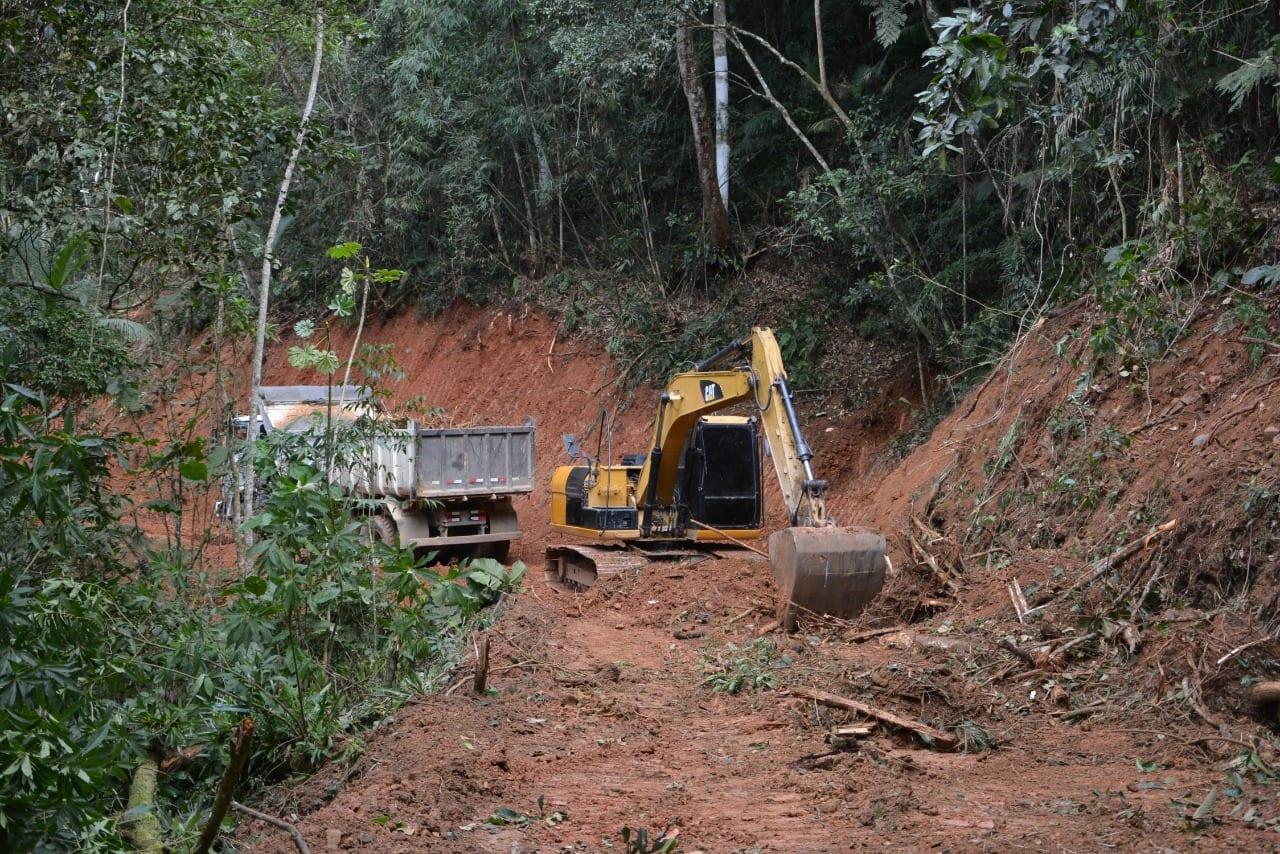 Máquinas trabalham na desobstrução da ligação Velha Garcia - foto da Prefeitura de Blumenau