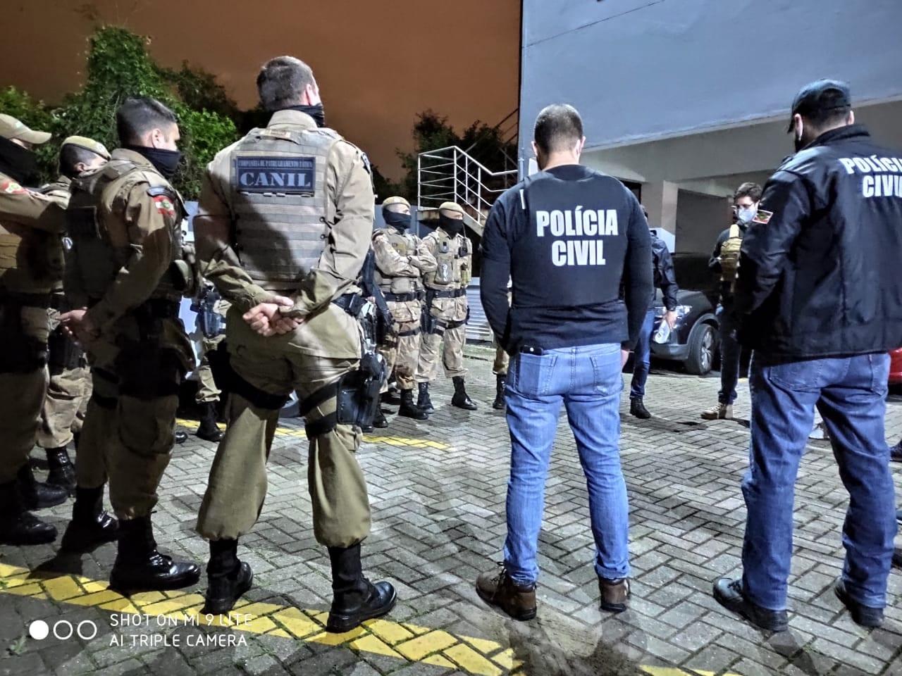 Policiais civis e militares antes de prisão de acusados de roubo - foto da Polícia Civil