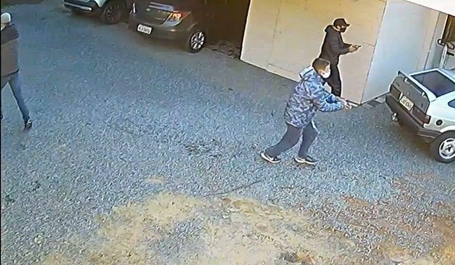 Criminosos durante roubo no bairro Progresso