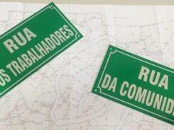 Placas confeccionadas pela Prefeitura para as vias legalizadas