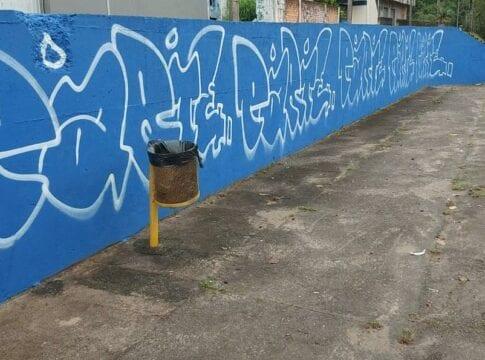 Muro que havia sido recuperado para painel de arte é pichado novamente