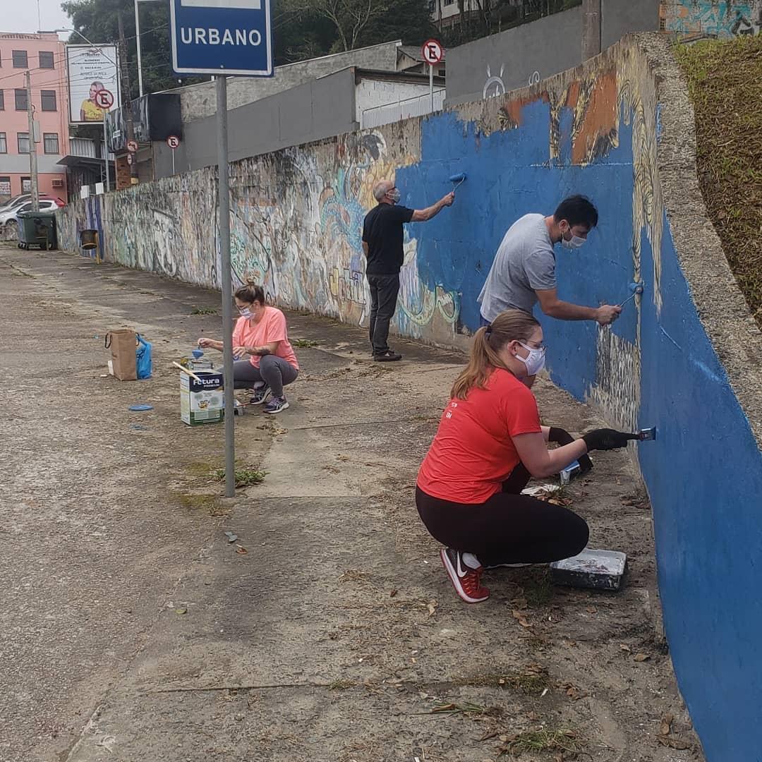 Equipe durante recuperação de muro na Avenida Martin Luther