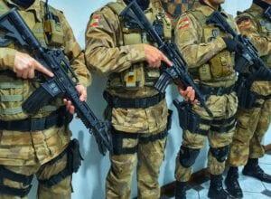 Policiais com novos fuzis T4 de calibre 556 - foto da Polícia Militar