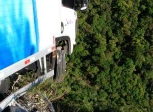 Caminhão preso em mureta da Serra do Rio do Rastro