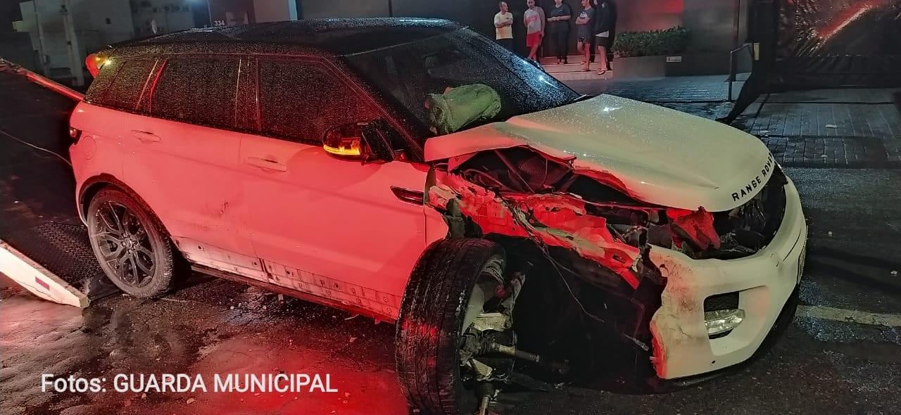 Veículo Evoque após colisão em contêiner - foto da Guarda de Trânsito