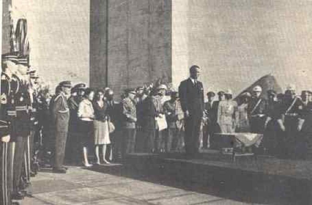 Presidente Juscelino Kubitschek aguardando a chegada das urnas funerárias dos soldados brasileiros, enterrados em Pistóia – 22/12/1960. Acervo do Museu do Monumento aos Mortos da II Guerra, Rio de Janeiro