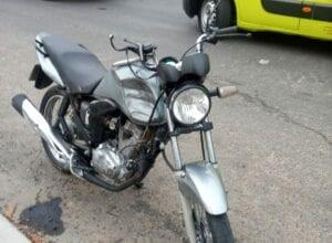 Motocicleta que era conduzida por jovem que morreu em colisão - foto do Corpo de Bombeiros