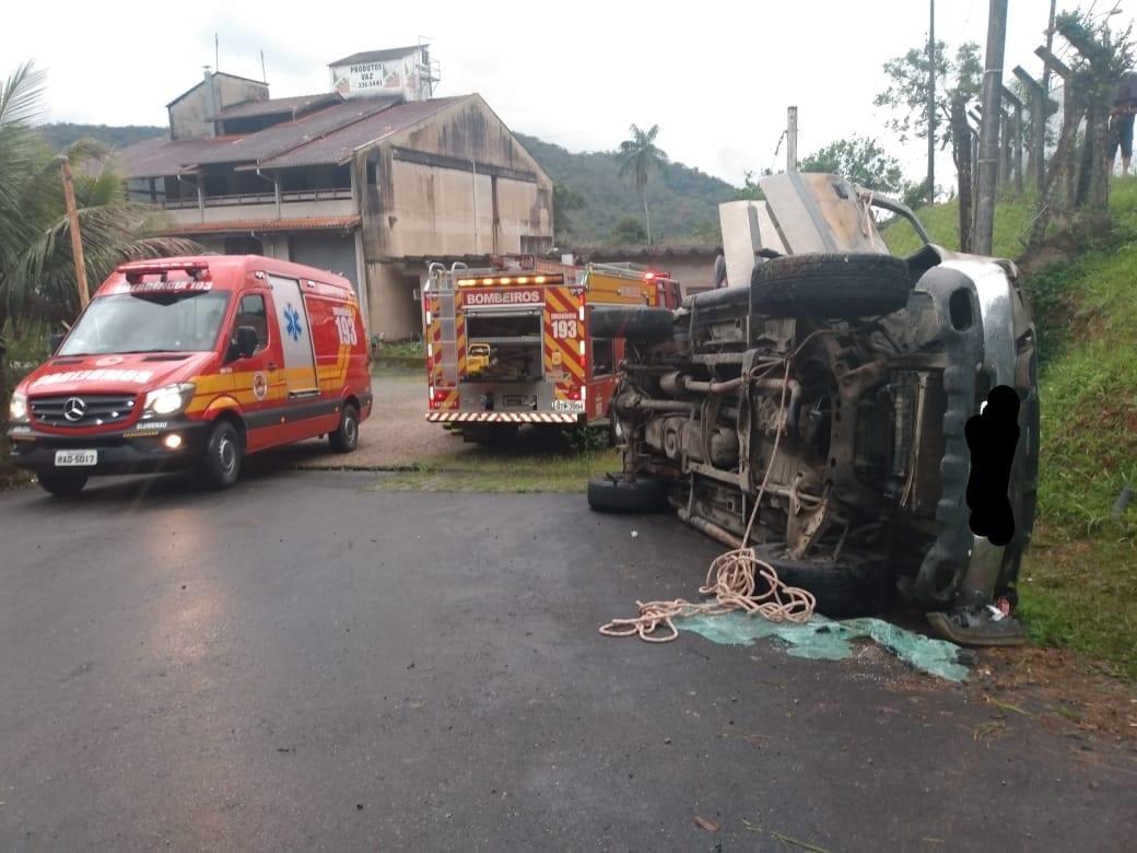 Veículo retirado de ribanceira após acidente  na Rua Santa Maria - foto do Corpo de Bombeiros
