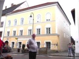 """Altair Reinehr em frente à casa onde nasceu Hitler na Austria. Altair Reinehr é negacionista do Holocausto: Hitler """"transformou a Alemanha"""". O antissemita é pai de Daniela Reinehr, governadora de Santa Catarina, que tomou posse no dia 28 de Outubro"""
