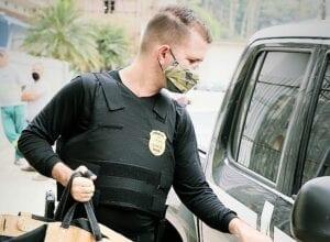 Policial durante operação na Vila Itoupava - foto da Polícia Civil