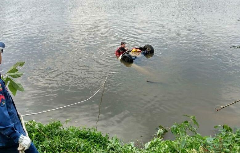 Veículo submerso no Rio Itajaí-Açu - foto do Corpo de Bombeiros
