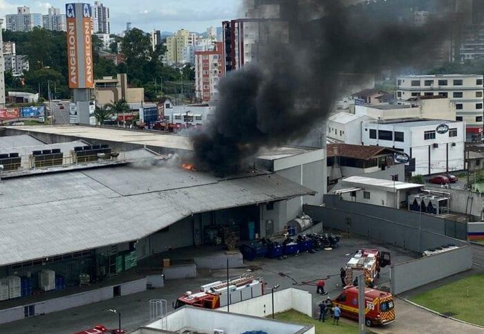 Incêndio no supermercado Angeloni em Blumenau