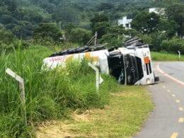 Caminhão com combustíveis tomba em Pomerode - foto de Raphael Carrasco/Jornal de Pomerode