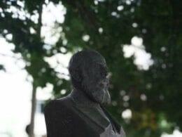 Monumento de 1950 em homenagem a D. Pedro II em Blumenau- - foto de Sérgio Campregher