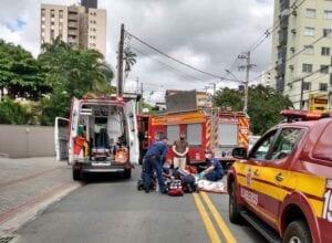 Bombeiros durante resgate a idosa atropelada no bairro Vila Nova - foto do Corpo de Bombeiros