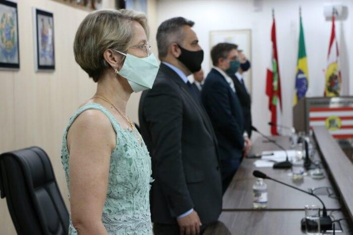 Vice-prefeita Maria Regina de Souza Soar e vereadores durante posse na Câmara de Blumenau