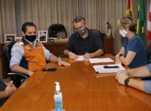 Prefeito Mário Hildebrandt em reunião com a Defesa Civil - foto de Marcelo Martins