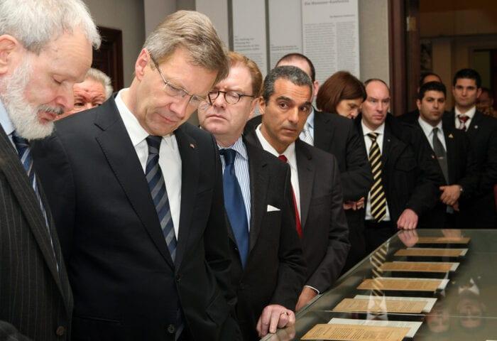 BERLIM, ALEMANHA - 20 de Janeiro de 2012. O então presidente alemão Christian Wulff (CDU) é conduzido em uma excursão por Norbert Kampe, diretor do Museum Wannsee. Na ocasião, Wulff falou no 70º aniversário da Conferência em 1942, durante o qual as políticas que levaram ao Holocausto foram estabelecidas. (Foto de Adam Berry / Getty Images)
