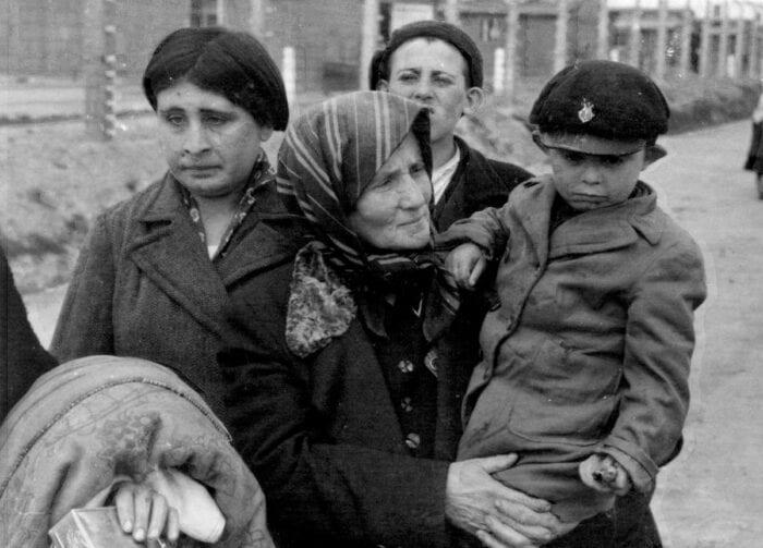 Vítimas do assassinato em massa de cerca de seis milhões de judeus durante a Segunda Guerra Mundial, no maior genocídio do século XX, através de um programa sistemático de extermínio étnico patrocinado pelo Estado nazista, liderado por Adolf Hitler e pelo Partido Nazista e que ocorreu em todo o Terceiro Reich e nos territórios ocupados pelos alemães durante a guerra.