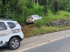 Veículo deixado por assaltantes após o crime - foto da Polícia Militar