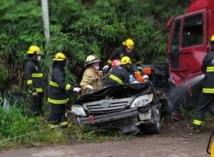 Bombeiros durante resgate em acidente em Indaial - foto do Corpo de Bombeiros