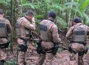 Policiais de equipe tática durante cerco no Badenfurt - foto da Polícia Militar
