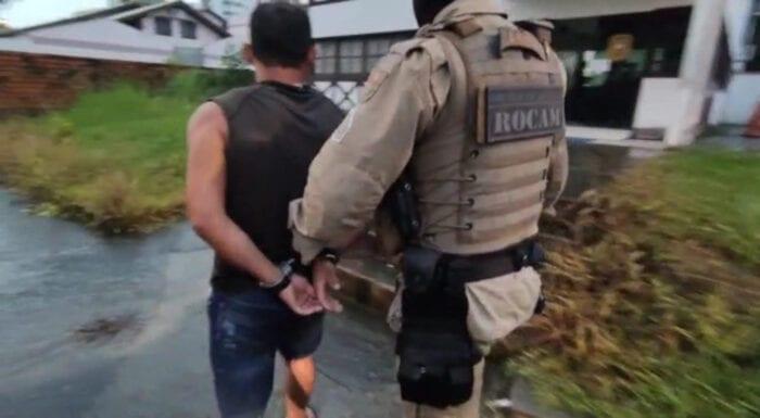 Suspeito de homicídio é levado a delegacia - imagem da Polícia Militar