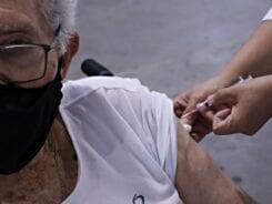 Vacinação contra a Covid-19 em idoso - foto de Marcelo Martins