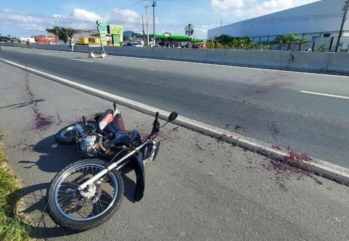 Motocicleta de jovem atingido por linha com cerol na BR-470 - foto do Corpo de Bombeiros