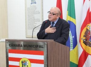 Doutor Joares Luiz Nogara recebendo homenagem na Câmara - foto de Vivian Persuhn