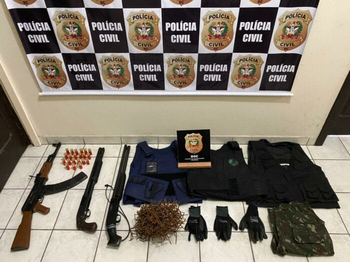 Armas e equipamentos apreendidos na operação - foto da Polícia Civil
