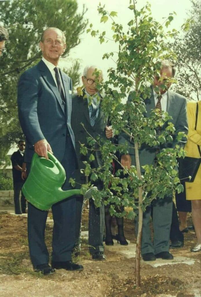 UM JUSTO ENTRE AS NAÇÕES - Príncipe Philip (1921-2021) planta uma árvore nos jardins do Museu Yad Vashem em Israel, em memória de sua mãe, a princesa Alice de Battenberg (1885-1969).