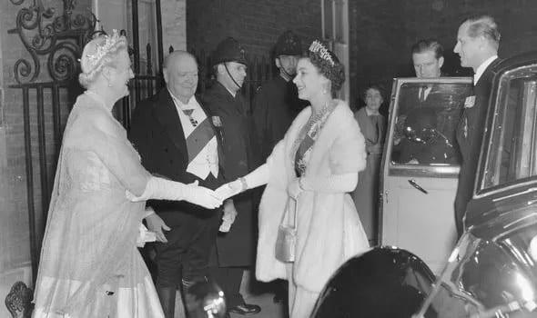 UMA AMIZADE PROFUNDA E DURADOURA - Sir Winston e Lady Churchill cumprimentam a Rainha e o Príncipe Philip em 1955 (Imagem: Getty)