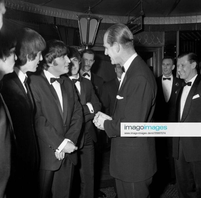 FÃ DOS BEATLES - Sua Alteza Real, Príncipe Philip (1921-2021) com os Beatles em Londres em 23 de março de 1964.