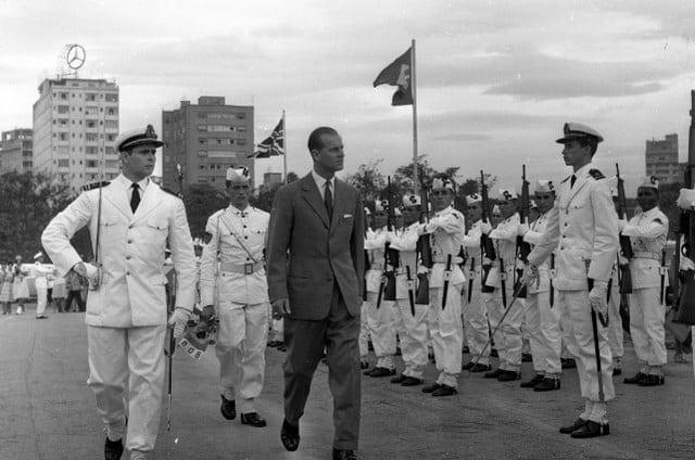 UM AMIGO DO BRASIL - Príncipe Phillip visita o MEMORIAL DA FORÇA EXPEDICIONÁRIA BRASILEIRA com a Rainha Elisabeth II em 1968, onde depositou uma corbélia de Flores no túmulo do Soldado Desconhecido - foto de O Globo