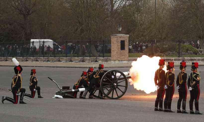 SOLENE HOMENAGEM – As baterias da Artilharia inglesa dispararam 41 tiros a cada minuto em cidades como Londres, Edimburgo, Cardiff e Belfast, bem como Gibraltar e navios de guerra da Marinha Real